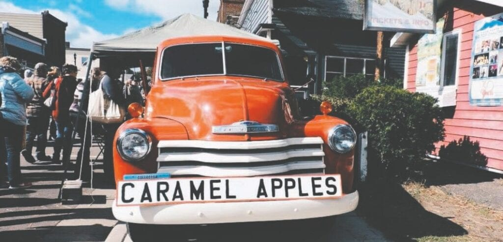 A long line forms in Bayfield, Wisconsin, to buy caramel apples, a popular treat during the fall season. Photos by Chloe Poaletti.