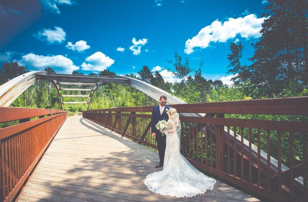 La beauté naturelle de Giants Ridge constitue un excellent fond pour tout mariage. Photo par Flom Designs & Photography.